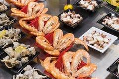 Η παλαιά αγορά παντοπωλείων των πωλώντας λαχανικών τροφίμων της Βαρκελώνης Boqueria jamon για τους τουρίστες και τους επισκέπτες  Στοκ Εικόνες