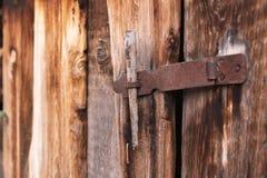 Η παλαιά απλή κλειδαριά σε μια ξύλινη πόρτα έκλεισε με έναν αγροτικό σύρτη καρφιτσών μετάλλων σε μια παλαιά πόρτα φιαγμένη από ξύ Στοκ φωτογραφίες με δικαίωμα ελεύθερης χρήσης