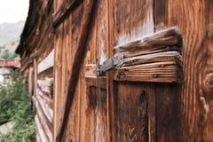 Η παλαιά απλή κλειδαριά σε μια ξύλινη πόρτα έκλεισε με έναν αγροτικό σύρτη καρφιτσών μετάλλων σε μια παλαιά πόρτα φιαγμένη από ξύ Στοκ Φωτογραφίες