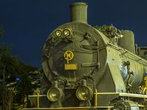 Η παλαιά ατμομηχανή που στέκεται στις ράγες στοκ φωτογραφία με δικαίωμα ελεύθερης χρήσης