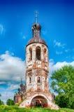 Η παλαιά εγκαταλειμμένη εκκλησία μπλε ουρανός Στοκ Εικόνα