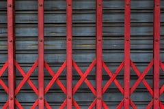 Η παλαιά κόκκινη σκουριασμένη συρόμενη πόρτα μετάλλων στοκ εικόνα με δικαίωμα ελεύθερης χρήσης
