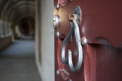 Η παλαιά λαβή πορτών στο ναό Στοκ εικόνα με δικαίωμα ελεύθερης χρήσης