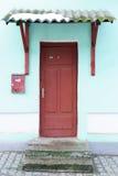 Η παλαιά μπροστινή πόρτα Στοκ φωτογραφία με δικαίωμα ελεύθερης χρήσης