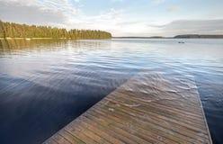 Η παλαιά ξύλινη αποβάθρα πηγαίνει κάτω από τα βαθιά νερά στοκ εικόνα