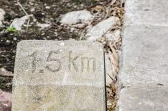 Η παλαιά πέτρα χιλιομέτρου λέει ` 1 5 χλμ ` για να πάρει στον προορισμό στοκ εικόνες