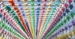 Η παλαιά πόλη προετοιμάστηκε για το φεστιβάλ καρναβαλιού Εορταστικές ζωηρόχρωμες σημαίες διακοσμήσεων για το υπαίθριο κόμμα ή το  απόθεμα βίντεο