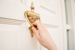 Η παλαιά πόρτα κτύπου Στοκ φωτογραφίες με δικαίωμα ελεύθερης χρήσης