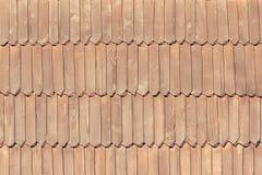 Η παλαιά στέγη αποτελείται από τα ξύλινα κεραμίδια σύσταση Κινηματογράφηση σε πρώτο πλάνο Στοκ εικόνες με δικαίωμα ελεύθερης χρήσης