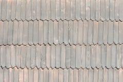 Η παλαιά στέγη αποτελείται από τα ξύλινα κεραμίδια σύσταση Κινηματογράφηση σε πρώτο πλάνο Στοκ Εικόνες