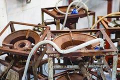 Η παλαιά σόμπα αερίου, πολλές καφετιές σόμπες αερίου μετάλλων παλαιές αφέθηκε στοκ φωτογραφία