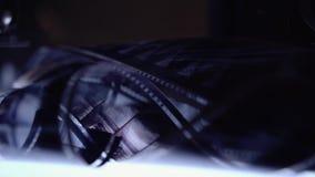 Η παλαιά ταινία 16mm βρίσκεται στο φωτισμένο πίνακα απόθεμα βίντεο