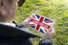 Η παλαιά ταμπλέτα εκμετάλλευσης ατόμων με μαθαίνει αγγλικό app Στοκ Εικόνες