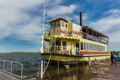 Η πανέμορφη άποψη της παλαιάς εκλεκτής ποιότητας αναδρομικής βάρκας κρουαζιέρας ατμού έφθασε στην επανάλειψη οι επιβάτες τους Στοκ φωτογραφία με δικαίωμα ελεύθερης χρήσης