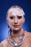 Η πανέμορφη γυναίκα με καλλιτεχνικό δημιουργικό αποτελεί Στοκ Εικόνα
