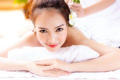 Η πανέμορφη γυναίκα παίρνει ένα υπόλοιπο από την εργασία με τη χρησιμοποίηση aromatherapy στοκ εικόνα