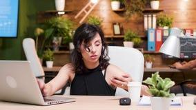 Η πανέμορφη γυναίκα ψωνίζει on-line χρησιμοποιώντας μια πιστωτική κάρτα απόθεμα βίντεο