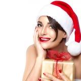 Η πανέμορφη Δεσποινίς Santa με ένα χρυσό δώρο στοκ εικόνες με δικαίωμα ελεύθερης χρήσης