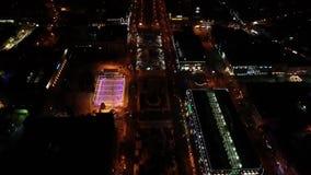 Η πανέμορφη πόλη νύχτας, τα φωτεινά φω'τα των οδών, η αίθουσα παγοδρομίας λεωφόρων και πάγου γέμισαν με τους ανθρώπους απόθεμα βίντεο
