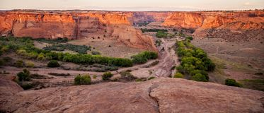 Η πανοραμική άποψη από Tsegi αγνοεί Canyon de Chelly στοκ φωτογραφίες