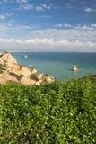 Η πανοραμική άποψη σχετικά με seascape με τη ζάλη της θάλασσας ανασκάπτει τους απότομους βράχους από την προεξοχή από την παραλία Στοκ Εικόνες