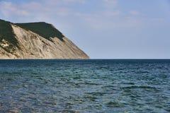 Η πανοραμική άποψη της επιφάνειας θάλασσας από την ακτή στο αριστερό είναι ένας βράχος Μαύρη Θάλασσα, Supseh, Anapa, περιοχή Kras στοκ εικόνες