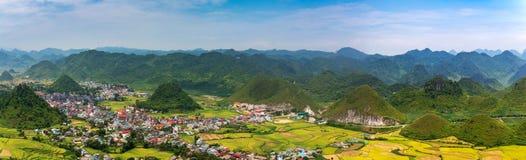 Η πανοραμική άποψη της πόλης γιων Tam και η νεράιδα ζευγαρώνουν τα βουνά στην περιοχή BA Quan, επαρχία εκταρίου Giang, βόρειο Βιε στοκ φωτογραφία με δικαίωμα ελεύθερης χρήσης