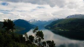 Η πανοραμική άποψη τοπίων, innvik και utvik χωριό, Νορβηγία στοκ εικόνες