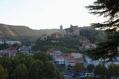 Η πανοραμική άποψη του παλαιού Tbilisi, Γεωργία με το φρούριο Narikala στο υπόβαθρο στοκ εικόνα