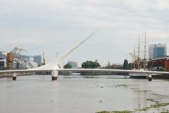 Η πανοραμική άποψη Puerto Madero και οι γυναίκες γεφυρώνουν Puente de Λα Mujer στοκ εικόνες