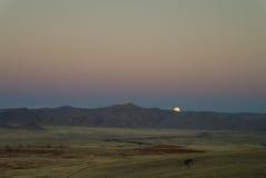 Η πανσέληνος ανέρχεται πέρα από τον αμμόλοφο στην έρημο Ναμίμπια Namib Στοκ Εικόνα