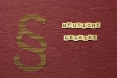Η παράγραφος σημαδιών στο υπόβαθρο χρώματος κλαρέ Λέξη στο γερμανικό deutsche Gesetze στοκ εικόνα με δικαίωμα ελεύθερης χρήσης