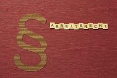 Η παράγραφος σημαδιών στο υπόβαθρο χρώματος κλαρέ Λέξη σε γερμανικό Arbeitsrecht στοκ εικόνες