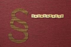 Η παράγραφος σημαδιών στο υπόβαθρο χρώματος κλαρέ Λέξη σε γερμανικό Grundgesetz στοκ εικόνες