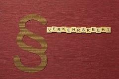 Η παράγραφος σημαδιών στο υπόβαθρο χρώματος κλαρέ Λέξη σε γερμανικό Verkehrsrecht στοκ εικόνες