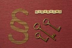 Η παράγραφος σημαδιών στο υπόβαθρο χρώματος κλαρέ Λέξη σε γερμανικό Mietrecht στοκ φωτογραφίες με δικαίωμα ελεύθερης χρήσης