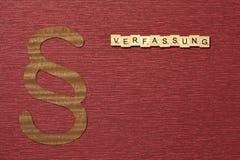 Η παράγραφος σημαδιών στο υπόβαθρο χρώματος κλαρέ Λέξη σε γερμανικό Verfassung στοκ εικόνες