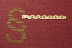Η παράγραφος σημαδιών στο υπόβαθρο χρώματος κλαρέ Λέξη σε γερμανικό Tierschutzrecht στοκ εικόνες