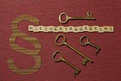 Η παράγραφος σημαδιών στο υπόβαθρο χρώματος κλαρέ Λέξη σε γερμανικό Mietvertragsrecht στοκ εικόνες με δικαίωμα ελεύθερης χρήσης