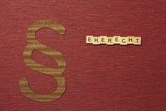 Η παράγραφος σημαδιών στο υπόβαθρο χρώματος κλαρέ Λέξη σε γερμανικό Eherecht στοκ φωτογραφία