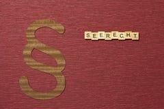 Η παράγραφος σημαδιών στο υπόβαθρο χρώματος κλαρέ Λέξη σε γερμανικό Seerecht στοκ εικόνες