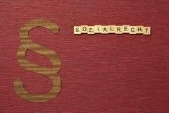 Η παράγραφος σημαδιών στο υπόβαθρο χρώματος κλαρέ Λέξη σε γερμανικό Sozialrecht στοκ εικόνες