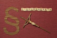 Η παράγραφος σημαδιών στο υπόβαθρο χρώματος κλαρέ Λέξη σε γερμανικό Kirchengesetz στοκ φωτογραφία με δικαίωμα ελεύθερης χρήσης