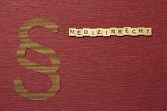 Η παράγραφος σημαδιών στο υπόβαθρο χρώματος κλαρέ Λέξη σε γερμανικό Medizinrecht στοκ φωτογραφία με δικαίωμα ελεύθερης χρήσης
