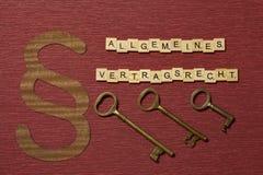 Η παράγραφος σημαδιών στο υπόβαθρο χρώματος κλαρέ Λέξη στα γερμανικά allgemeines Vertragsrecht στοκ φωτογραφία με δικαίωμα ελεύθερης χρήσης