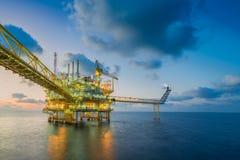 Η παράκτια επιχείρηση πετρελαίου και φυσικού αερίου, κεντρική πλατφόρμα επεξεργασίας έλαβε το ακατέργαστο αέριο από τη μακρινή πλ στοκ φωτογραφίες