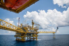Η παράκτια πλατφόρμα κατασκευής για το πετρέλαιο και το φυσικό αέριο παραγωγής, λαδώνει το α Στοκ Φωτογραφία