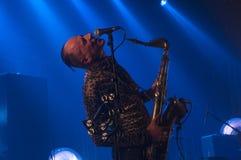 Η παράξενη ορχήστρα ροκ οιωνού αποδίδει για τον κοσμικό γύρο ταξιδιού στο Λα Nef σε Angoulême, Γαλλία στοκ φωτογραφία με δικαίωμα ελεύθερης χρήσης