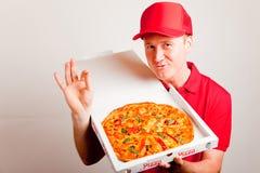 η παράδοση αγοριών απολαμβάνει την πίτσα μεσημεριανού γεύματός σας Στοκ φωτογραφία με δικαίωμα ελεύθερης χρήσης