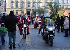 Η παρέλαση των προτάσεων Santa στις μοτοσικλέτες γύρω από το κύριο τετράγωνο αγοράς στην Κρακοβία Πολωνία Στοκ φωτογραφία με δικαίωμα ελεύθερης χρήσης